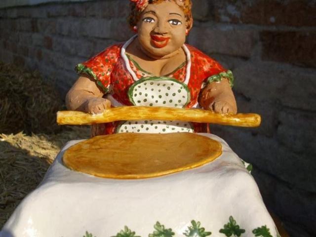 Anna-Tazzari-ceramica-felliniana-con-sfoglina